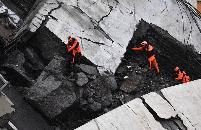 Sập cầu trên cao ở Italy, hàng chục người có thể đã chết - 8