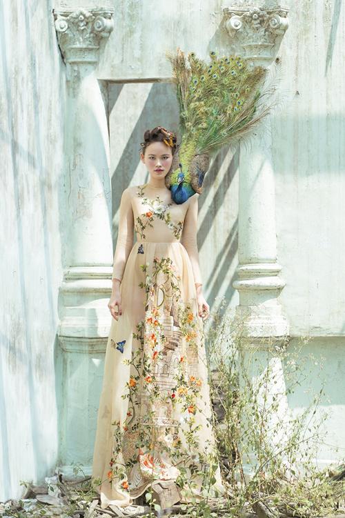 Mẫu váy cưới thêu tay của nhà thiết kế Trần Hùnggắn liền với nghệ thuật hội họa,mang hơi thở của những câu chuyện cổ tích châu Âu với hình ảnh tòa lâu đài tráng lệ.Ảnh:Shin Vox