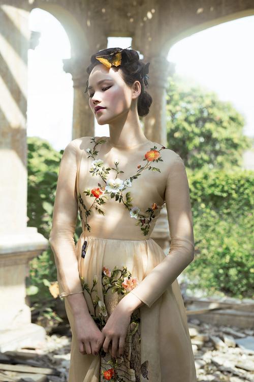 Mẫu váy mang vẻ tinh tế, nhẹ nhàng với điểm nhấn là họa tiết hoa lá, chim muông được tạo nên bởi bàn tay khéo léo của thợ may lành nghề.Ảnh:Shin Vox