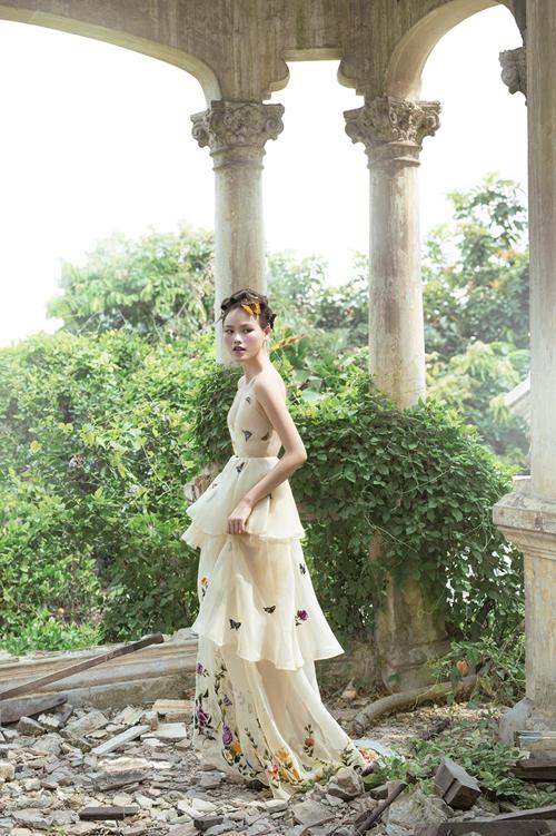 Thiết kế váy cưới thêu tay được làm trên nền chất liệu lụa nhẹ nhàng, có ba tầng váy dài tạo vẻ thướt tha, mang sắc màu cổ tích huyền ảo khiến tân nương xiêu lòng từ cái nhìn đầu tiên.Ảnh:Shin Vox