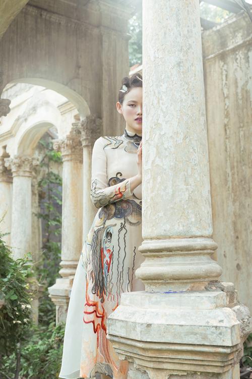 Chiếc váy được thực hiện thủ công bằng tay 100% từ nghệ nhân của các làng nghề cổ truyền hàng đầu Việt Nam như làng thêu Quất Động - Hà Nội, làng nghề thêu Minh Lãng - Thái Bình.Ảnh:Shin Vox