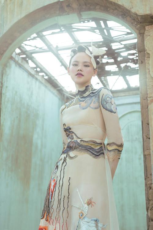 Trong khung cảnh đậm chất Âu, Tuyết Lan diện váy cưới có màu sắc huyền bí với hình ảnh mây trời cách điệu và công chúa trong truyện cổ tích.Ảnh:Shin Vox