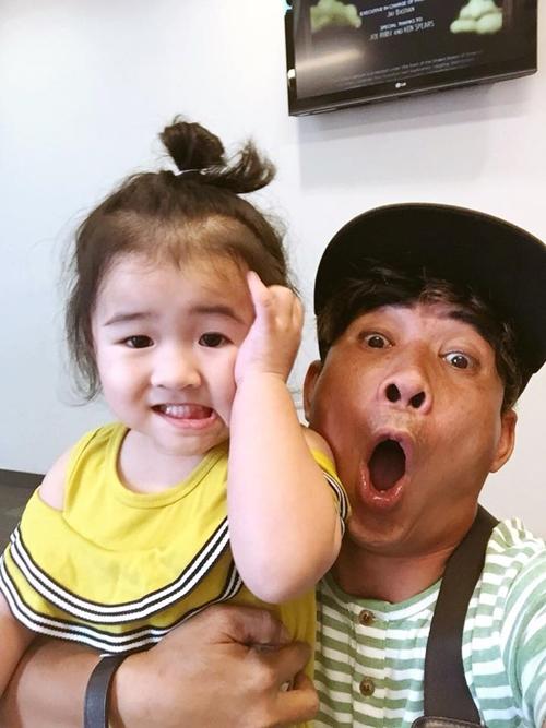 Nghệ sĩ Trung Lùn và con gái Shushi.