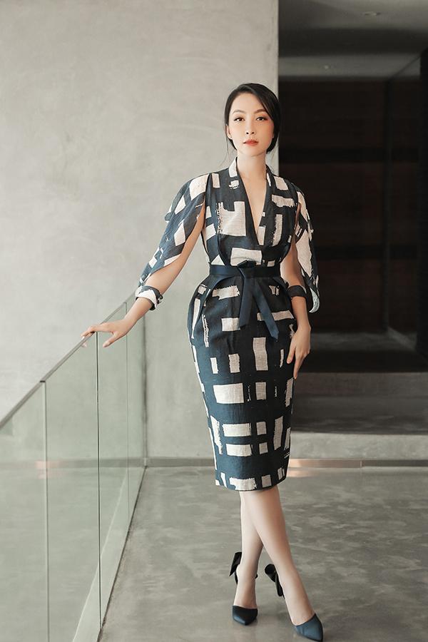 Linh Nga sang trọng với kiểu váy phồng hông, gấp nếp để tăng nét ấn tượng cho phần eo thon. Đây là thiết kế dành cho mùa thu đông năm nay của Phương My.