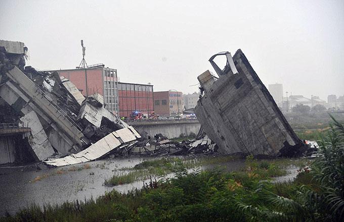 Sập cầu trên cao ở Italy, hàng chục người có thể đã chết - 1