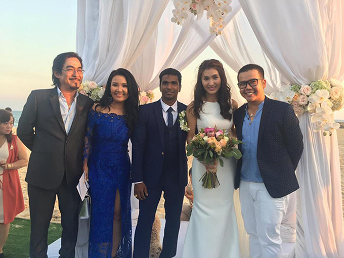 Chiếc váy không tay phù hợp với cô dâu có cánh tay thon nhỏ.