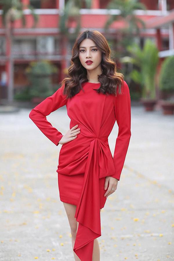 Ngoài các kiểu váy xẻ, váy dáng dài khi đi tiệc, váy ngắn trẻ trung cũng được trang trí