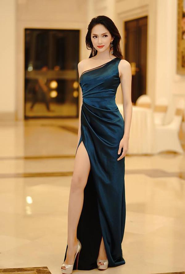 Váy liền thân được trang trí đường nhún eo, xếp vạt xéo là trang phục nằm xu hướng hot mùa thời trang 2018. Các nhà mốt Việt cũng nhanh chóng giới thiệu các kiểu váy hợp mốt nhằm giúp sao Việt sành điệu hơn khi xuất hiện trên thảm đỏ.