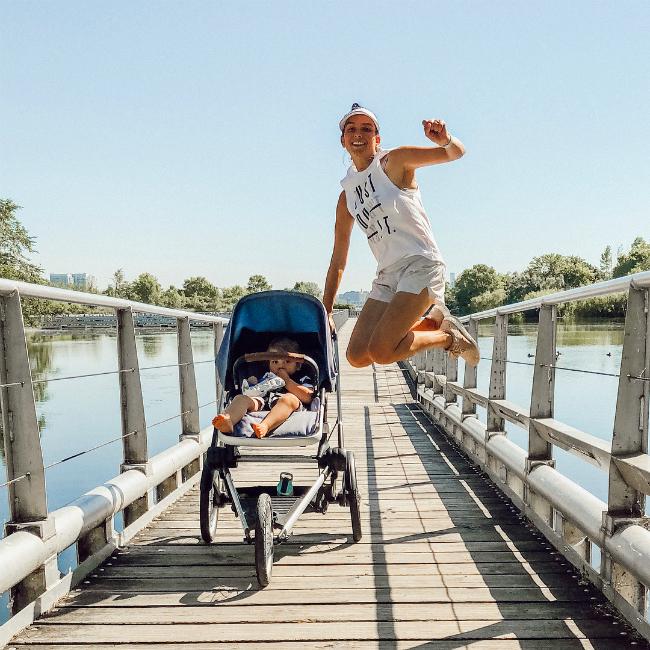 Bà mẹ ba con tranh thủ tập thể dục tại nhà 3 buổi mỗi tuần kết hợp 4 buổi chạy bộ ngoài trời.