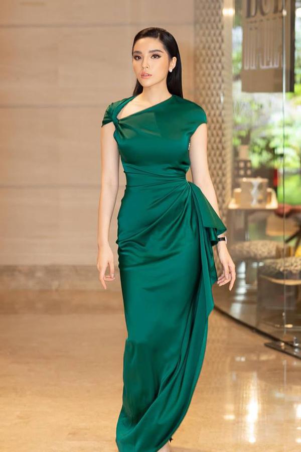 Váy liền thân với nhữngnếp xếp nhẹ nhàng tưởng chừng như ngẫu hứng nhưng được cănchỉnh một cách tỉ mỉ được nhiều người đẹp Hương Giang, Kỳ Duyên, H Hen Niê yêu thích.