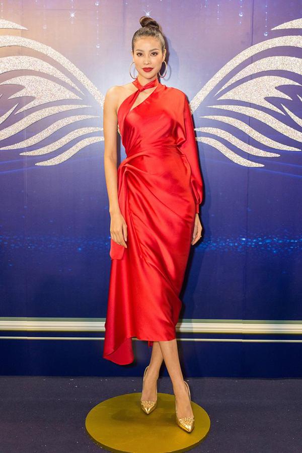 Đầm nhún eo được nhiều ngôi sao chọn lựa khi tham gia các sự kiện. Phạm Hương nổi bật với váy lụa đỏ.