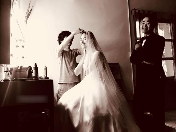 Trước khi Á quân Vietnams Next Top Model Tuyết Lan tổ chức đám cưới vào ngày18/8 tại một nhà hàng ở TP HCM, trên trang cá nhân của người mẫu Lê Thúy đã hé lộ tấm hìnhTuyết Landiệnbộ đầm trắng tinh khôi ở loạt ảnh hậu trường chụp hình cưới. Trong ảnh, nàng Á quân Next Top mùa đầu tiênvà vị hôn phu Phan Tâm - một doanh nhân trong lĩnh vực tài chính sống tại Mỹ đều nở nụ cườihạnh phúc. Cô diện váy có thiết kế cổ thuyền, không tay, không có chi tiết trang trívà dáng xòe.