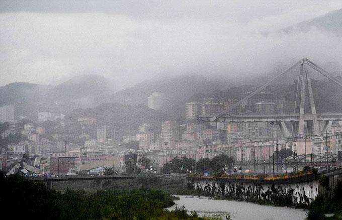 Sập cầu trên cao ở Italy, hàng chục người có thể đã chết - 2