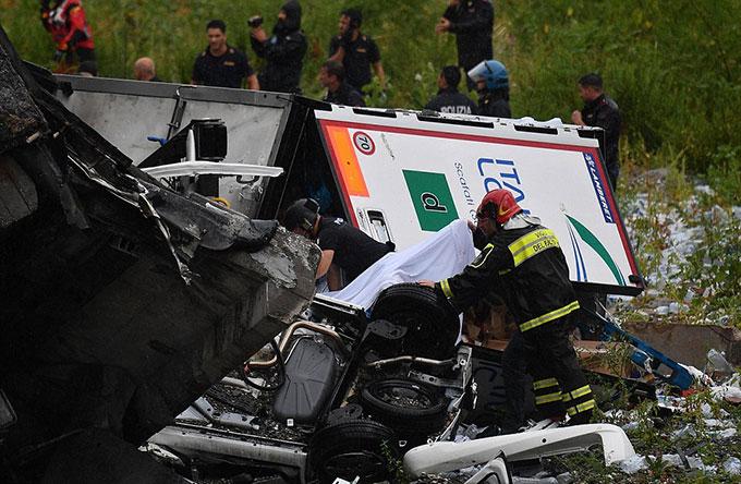 Sập cầu trên cao ở Italy, hàng chục người có thể đã chết - 5