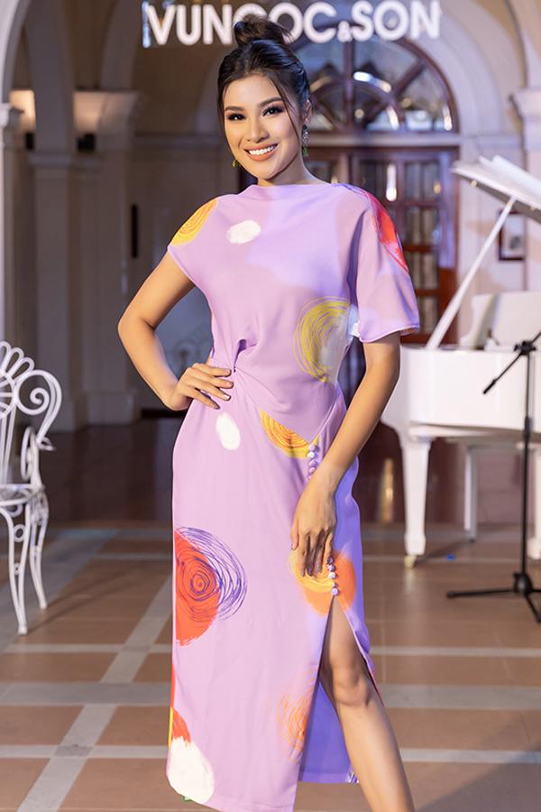 Chi tiết váy xẻ cao và xoắn vải cho vòng eo thường được kết hợp cùng nhau để mang tới bộ cánh bắt mắt. Nguyễn Thị Thành thanh lịch với mẫu thiết kế mới nhất của Vũ Ngọc & Son.