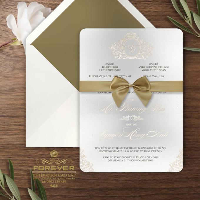 Gold foil: Là dạng thiệp truyền thống từ trước đến nay, tuy nhiên ở thời điểm nàyi, thiệp ép nhũ không còn sặc sỡ như trước mà thay vào đó là sự đơn giản, nhẹ nhàng.