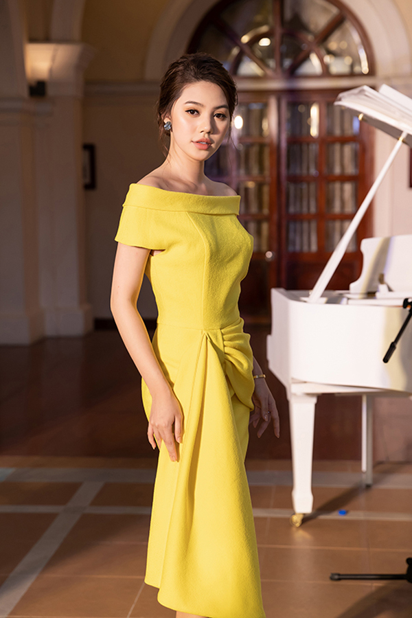 Đầm nhún eo mang hơi hướng cổ điển và thường giúp người mặc có được vẻ thanh lịch, sang trọng. Jolie Nguyễn khoe sắc cùng mẫu váy của hai nhà thiết kế Vũ Ngọc & Son.