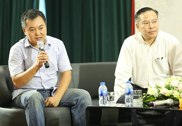 Lưu Minh Vũ và chú ruột - nhà báo Lưu Quang Định - tại buổi họp báo ra mắt đêm thơ, nhạc, kịch Tình yêu ở lại diễn ra ngày 14/8.