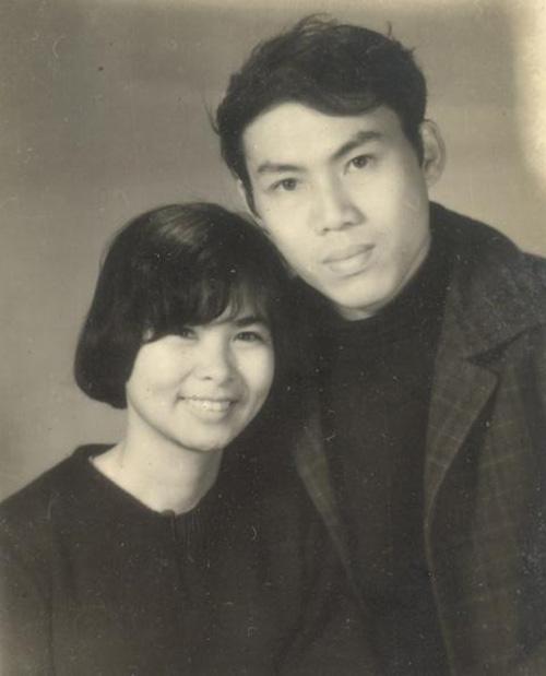 Vợ chồng nghệ sĩ Lưu Quang Vũ - Xuân Quỳnh lúc sinh thời. Cặp đôi nghệ sĩ tài hoa cùng con trai út Lưu Quỳnh Thơ qua đời trong một tai nạn giao thông ngày 29/8/1988. Họ ra đi khi tài năng đang đến độ nở rộ nhất, để lại niềm tiếc thương lớn cho giới văn nghệ sĩ và người yêu nghệ thuật.
