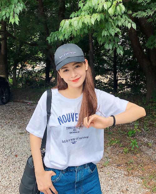Chi Pu trẻ trung, năng động với trang phục quần jean, áo phông giản đơn.