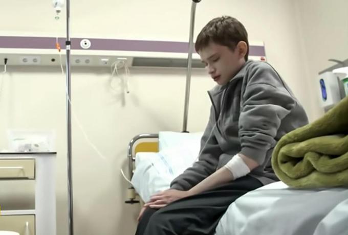 Tomasz đau đớn trên giường bệnh. Ảnh: Central European News.