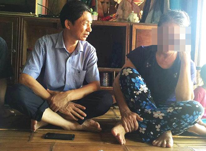 Đại diện Bộ Y tế thăm hỏi một người bệnh HIV tại xã Kim Thượng. Ảnh:V.T