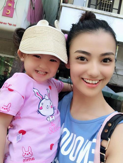 Con gái Hồng Quế cười tươi rói khi chụp hình cùng mẹ.