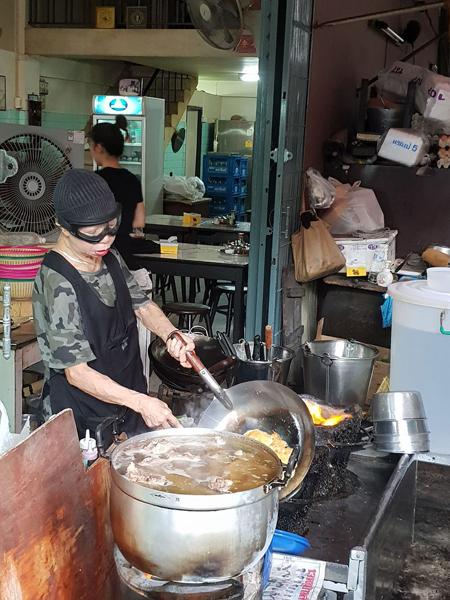 Món trứng đúc cua bình dân ở Bangkok gây xôn xao vì được gắn sao Michelin