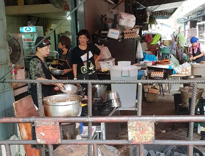 Món trứng đúc cua bình dân ở Bangkok gây xôn xao vì được gắn sao Michelin - 4