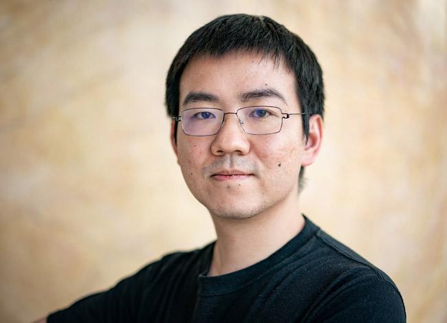 Là một trong những tỷ phú ngành công nghiệp tiền điện tử nhưng Jihan Wu luôn xuất hiện với hình ảnh giản dị quần jean, áo thun đen. Ảnh: Fortune.