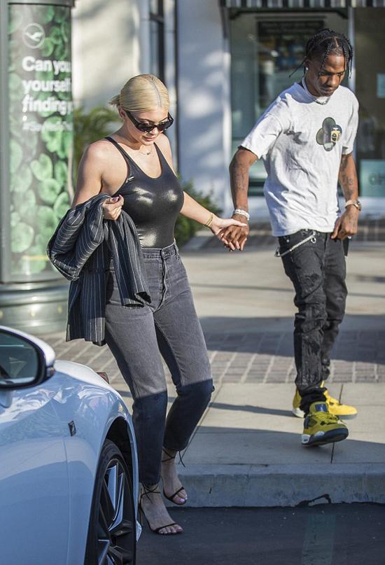 Cô út nhà Kardashian thu hút mọi ánh nhìn với thân hình đồng hồ cát nóng bỏng. Người đẹp diện body suit chất liệu nhựa latex kết hợp với quần jeans.