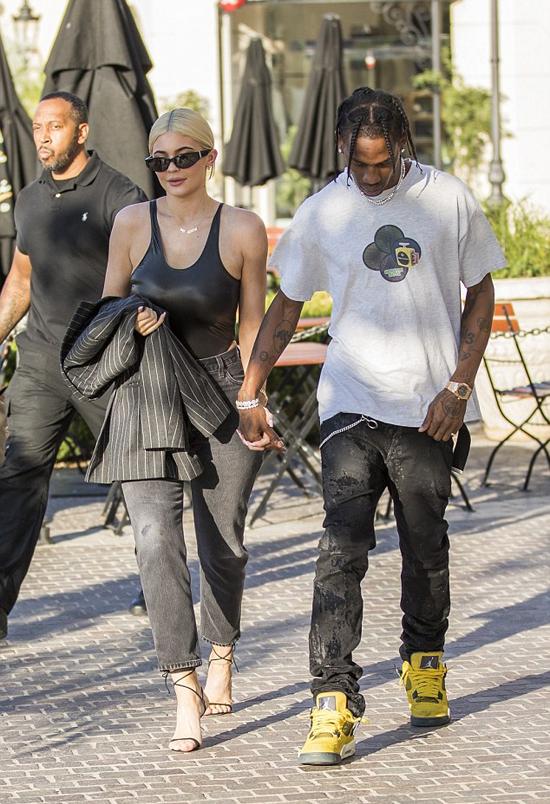 Kylie Jenner và rapper Travis Scott tay trong tay tới một cửa hàng trang sức ở Calabasas, California ngày 13/8.