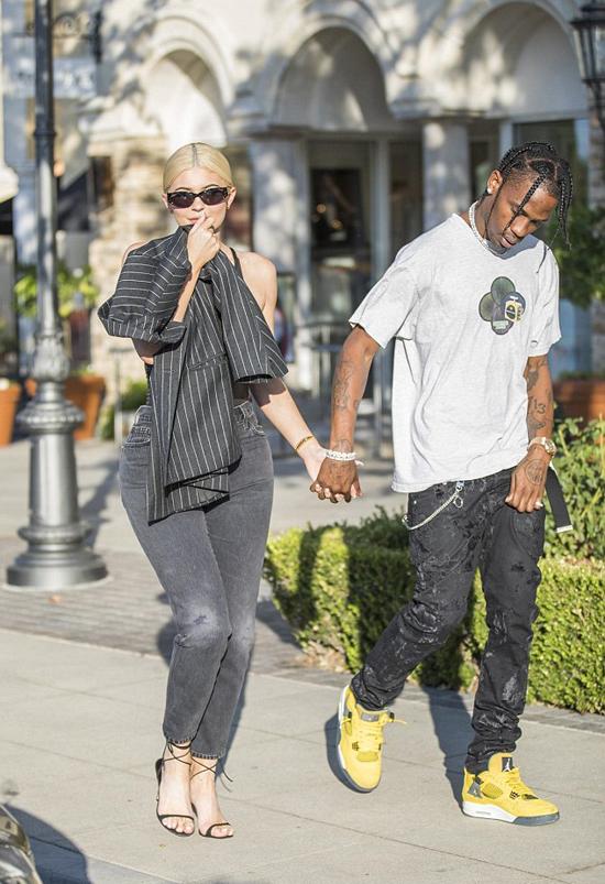 Travis Scott rất yêu chiều Kylie và con gái nhỏ. Sau khi Kylie sinh con, rapper 27 tuổi đã tặng bạn gái siêu xe Ferrari 1,4 triệu USD (gần 32 tỷ đồng). Vào tuần trước, anh cũng tặng sinh nhật bạn gái một chiếc xe Rolls Royce cổ.