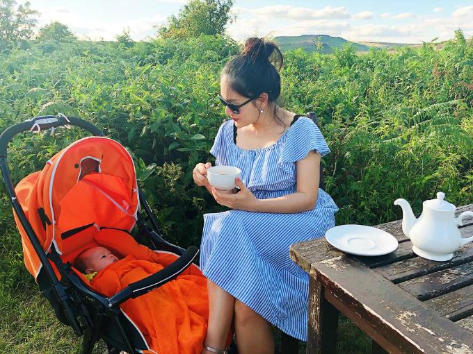 Diễn viên Lan Phương hạnh phúc khi vừa ngồi thưởng thức trà, vừa trò chuyện cùng con gái cưng trong buổi chiều ở nước Anh, quê chồng.