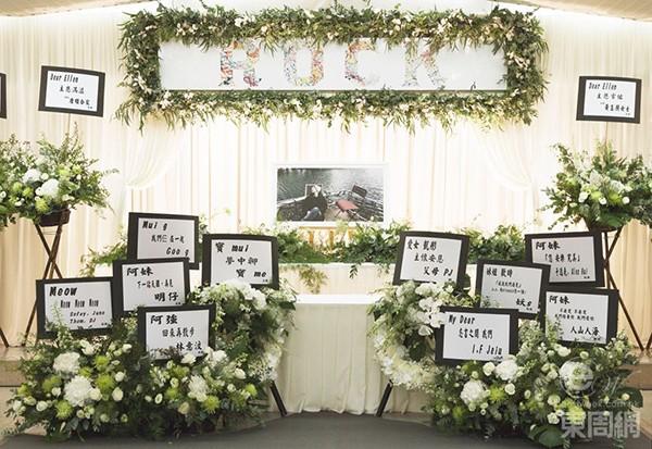Lễ tang của nữ ca sĩ Lô Khải Đồng diễn ra sáng nay 14/8 tại Hong Kongtrong không khí tang thương. Tại nhà tang lễ, những tấm bảngtrưng bày hình ảnh của cô khi còn sống được đặt hai bên sảnh vào, cùng những lẵng hoa màu trắng trên có những dòng chữ tưởng niệm người quá cố. Lô Khải Đồng nhảy lầu tự vẫn hôm 5/8, nguyên nhân được tiết lộ là do bệnh tật kéo dài nhiều năm.