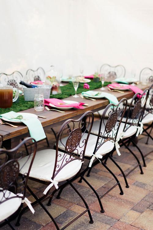 10. Ghế kiểu Anh cổ điển: thích hợp với đám cưới mang phong cách vintage. Chiếc ghế có nhiều kiểu dáng đa dạng với họa tiết cầu kỳ ở lưng ghế. Đây còn là một sự lựa chọn hoàn hảo cho hôn lễ diễn ra ở sân vườn.