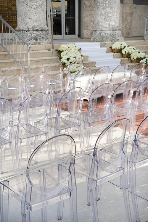 3. Ghế Ghost - ghế ma: Sở dĩ ghế có tên gọi như vậy vì chúng có độ trong suốt với nhiều màu sắc khác nhau, tạo nên nét độc đáo trong hôn lễ hiện đại.