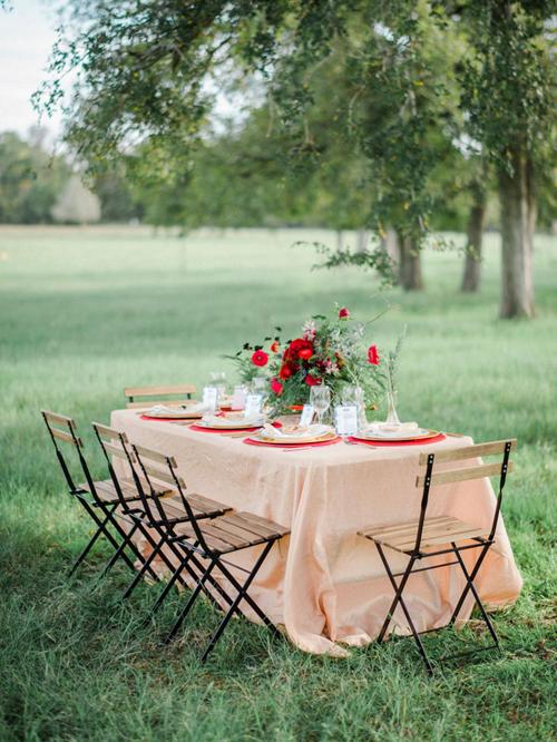11. Ghế gỗ có rãnh: Điểm nhấn của chiếc ghế là những đường rãnh ở phần tựa lưng và mặt ngồi, phù hợp với đám cưới mùa hè.