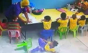 Giáo viên Malaysia đẩy học sinh ngã từ trên ghế xuống sàn