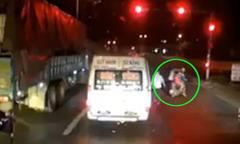 Hơn thua với xe khách, người cha chở con nhỏ bị đánh tới tấp