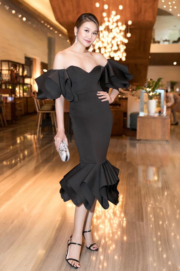 Siêu mẫu Thanh Hằng kiêu sa với váy bèo nhún hở vai, ôm khít cơ thể.