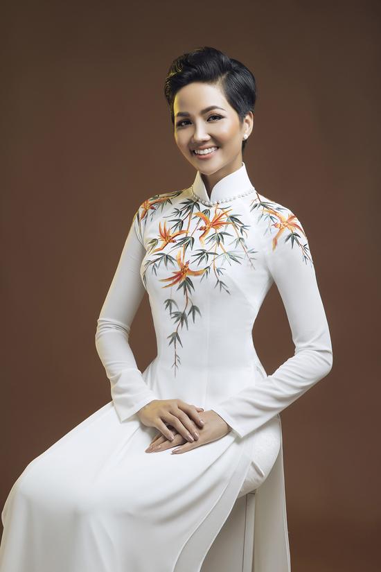 HHen Niê diện áo dài cùng mẫu nhí - 8