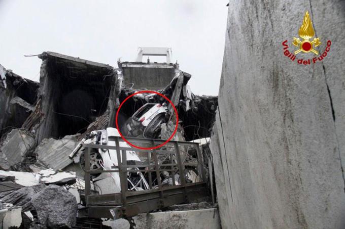 Chiếc xe của Capello (khoanh tròn)mắc kẹt trong đống đổ nát. Ảnh: Fuoco.