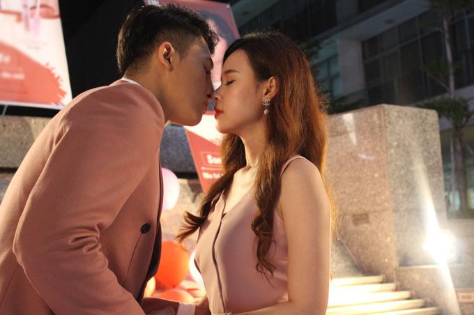 Hot boy khá hồi hộp trong cảnh khóa môi đàn chị xinh đẹp.