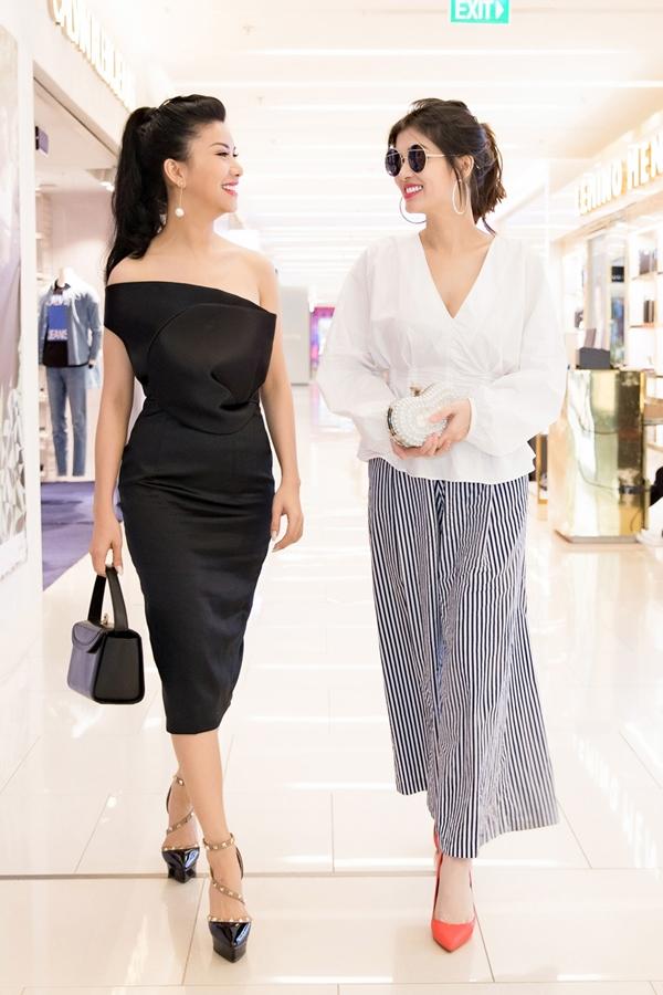 Oanh Yến (phải) khoe nhan sắc cuốn hút dù là mẹ của 4 đứa con. Người đẹp sau đóđăng quang Hoa hậu Thế giới toàn cầu 2015, song song hoạt động người mẫu và kinh doanh.
