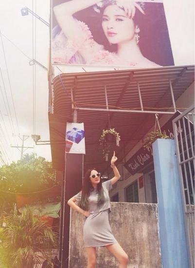 Angela Phương Trinh chụp hình kỷ niệm trên biển quảng cáo của mình tại Tây Ninh.