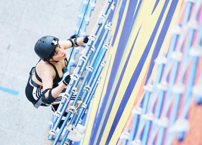Người đẹp hào hứng khi đặt những bước chân đầu tiên trên đường leo thang dây dựng đứng.