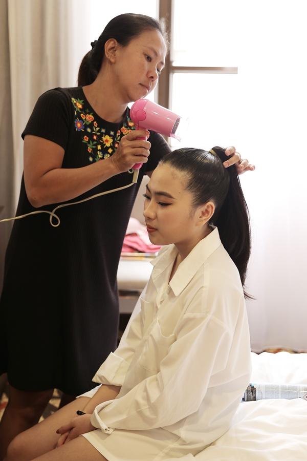 Nhà thiết kế Thanh Huỳnh, ngoài việc chuẩn bị bộ sưu tập trình diễn, cũng phụ giúp các em nhỏ làm tóc. Chị cũng có hai con trai là Kevin và Kaylan tham gia catwalk trong chuyến lưu diễn lần này.