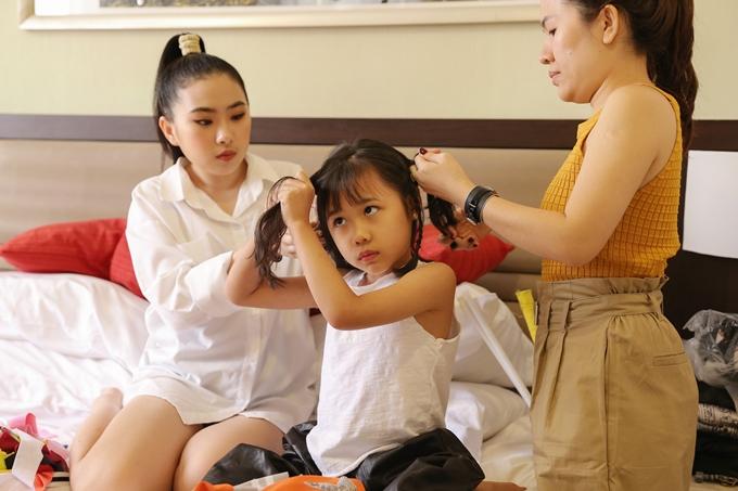 MẹMỹ Lan giúp con gái tết tóc. Trong chuyến đi lần này, chị và ông xã sắp xếp thời gian theo hỗ trợ con gái nhỏ.