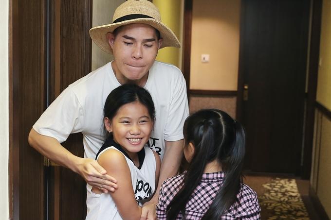 Bé Quỳnh Vân khoe nụ cười xinh xắn và vui đùa cùng thầy Hưng Phúc trước giờ trang điểm.